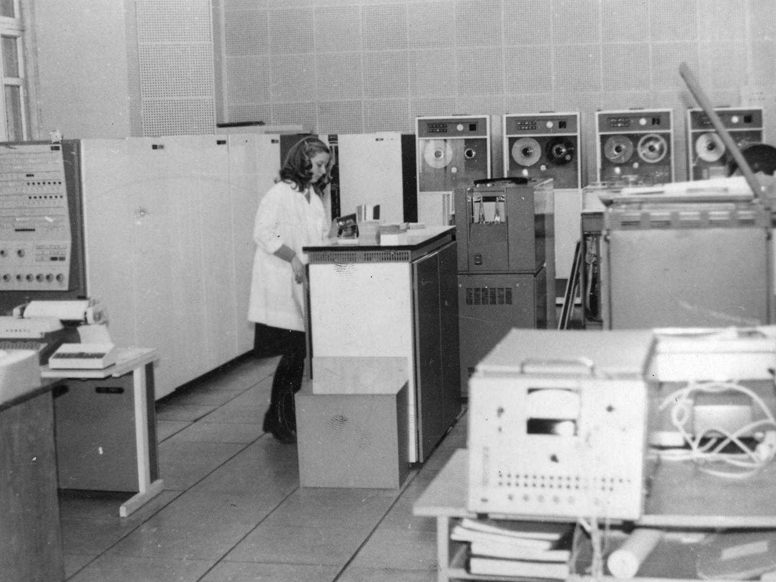 Вычислительная машина III поколения ЭВМ ЕС-1020 требует чистоты и нежного обращения