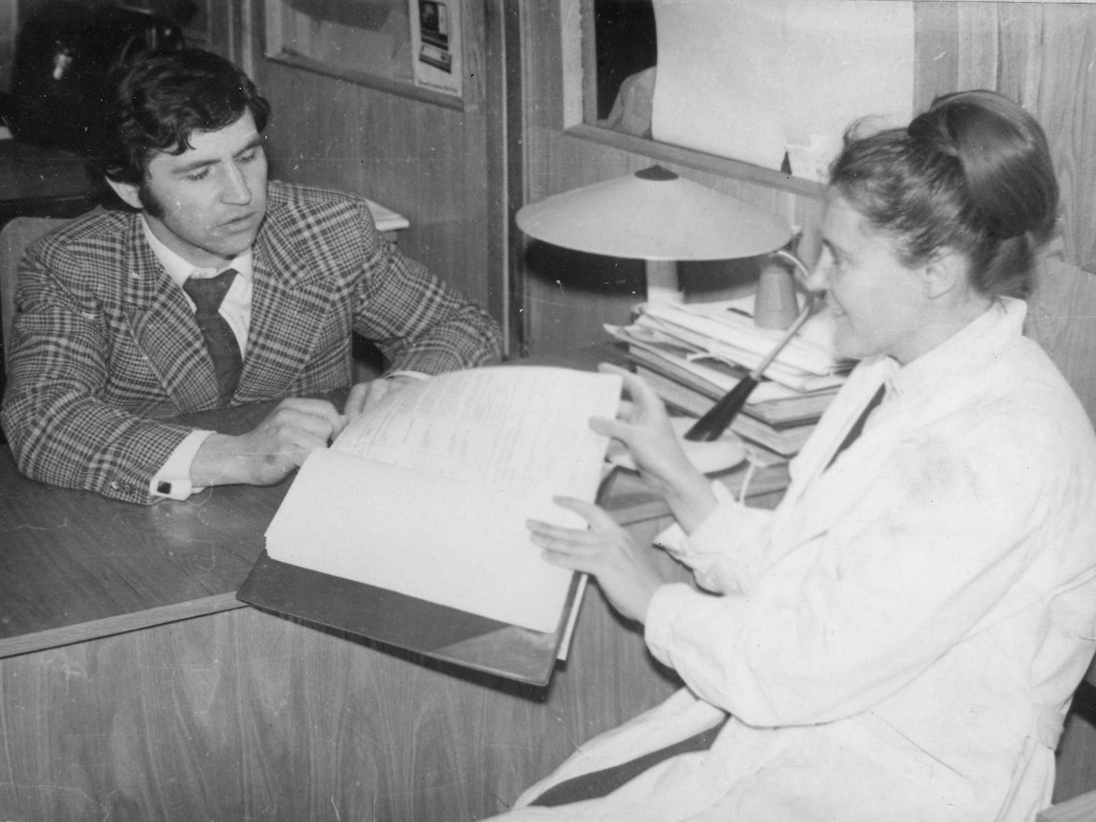 Инженеры Н.Ф. Бойкова и А.В. Заборский подобно заботливым наставникам ежедневно обсуждают поведение ЭВМ